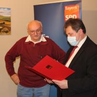 Jürgen Sommer ehrt Hans Dietrich für 50 Jahre Mitgliedschaft.